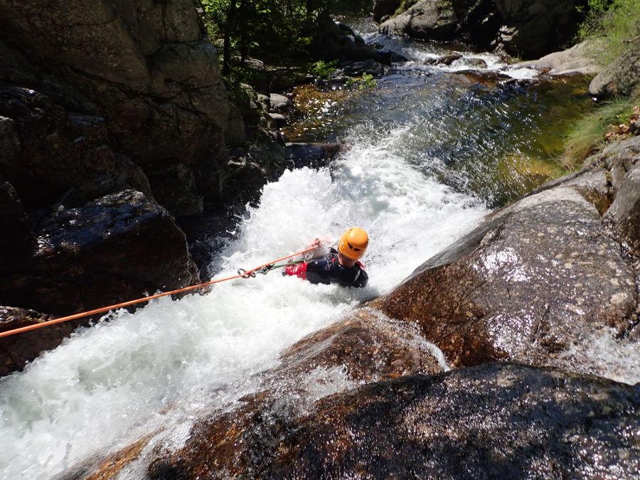 Rappel En Canyoning Avec Entre2nature Aux Cascades D'Orgon, Près De Montpellier Dans Le Gard Et Les Cévennes