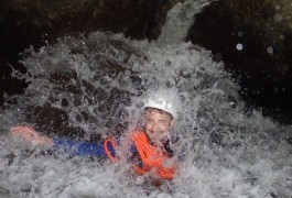 Canyoning Dans Les Cascades D'Orgon Avec Entre2nature, Une équipe De Moniteurs Professionnels Basés Sur Montpellier Dans L'Hérault En Languedoc-Roussillon