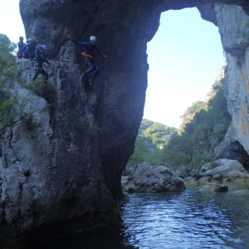 Saut Avec Les Moniteurs Canyon Du Languedoc, Dans Le Ravin Des Arcs, Près De Montpellier.