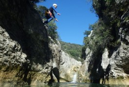 Saut En Canyoning Avec Les Moniteurs Canyon De L'Hérault Et Du Gard , Près De Montpellier En Languedoc.