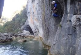 Saut En Canyoning Sous L'Arche Du Ravin Des Arcs, Avec Les Moniteurs D'entre2nature à Montpellier.