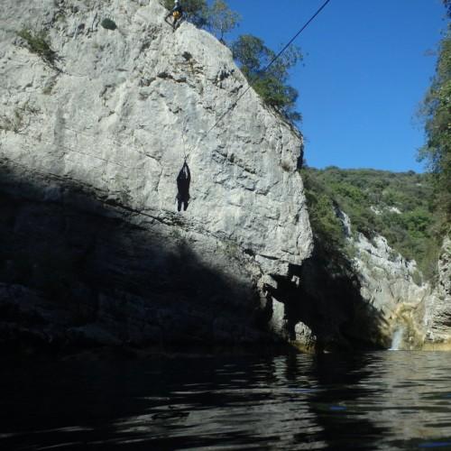 Tyrolienne Géante En Pleine Nature Au Ravin Des Arcs, Près De Montpellier En Languedoc, Dans L'Hérault Et Le Gard.