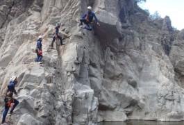 Saut En Canyoning Dans La Randonnée Aquatique Du Canyon Du Soucy, Près De St-Jean Du Gard En Languedoc. Avec Les Moniteurs D'entre2nature Basé à Montpellier.