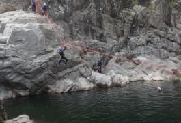 Tyrolienne Splash Dans La Randonnée Aquatique Du Gardon, Pour Ce Canyon Du Soucy, Près De Montpellier. Sports De Pleine Nature Dans L'Hérault Et Le Gard En Languedoc-Roussillon. Cévennes.