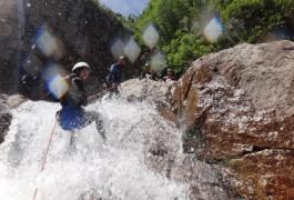 Rappel En Canyoning Dans Les Cévennes Au Tapoul Près Du Mont Aigoual. Sports De Pleine Nature Dans Tous Le Languedoc-Roussillon.