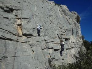 Sport de pleine nature, en escalade dans l'Hérault et le Gard, en Languedoc-Roussillon, avec les moniteurs d'entre2nature.