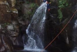 Saut En Canyoning Pour Ce Sport De Pleine Nature, Près De Millau Dans L'Aveyron. Avec Les Moniteurs D'entre 2 Nature, Basé à Montpellier Dans L'Hérault