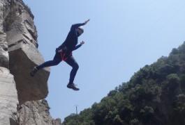 Saut Dans Les Cévennes Pour Ce Canyon Initiation Près De St-Jean Du Gard, Avec Les Moniteurs D'entre 2 Nature, Dans L'Hérault Et Le Gard à Montpellier.