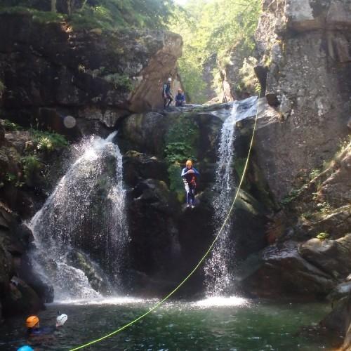 Canyoning En Cévennes Au Saut De 9 Mètres Dans Le Tapoul, Au Mont Aigoual