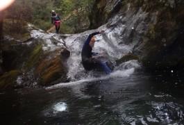 Toboggan En Canyoning Dans Le Ruisseau D'Albès, En Pleine Nature Dans Le Caroux