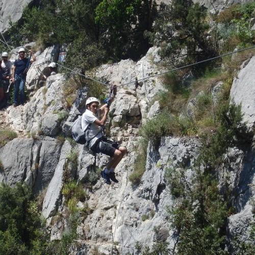 Tyrolienne Dans La Via-ferrata Du Thaurac Près De Montpellier