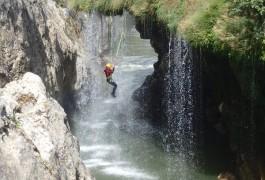Canyoning Près De Montpellier Dans L'Hérault à Saint-Guilhem Le Désert Dans L'Hérault Avec Les Moniteurs D'entre 2 Nature