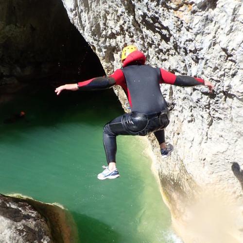 Canyoning Dans L'Hérault Près De Montpellier Au Ravin Des Arcs. Des Sauts à Gogo