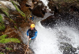 Rappel En Canyoning Aux Cascades D'Orgon Dans Les Cévennes Près Du Vigan