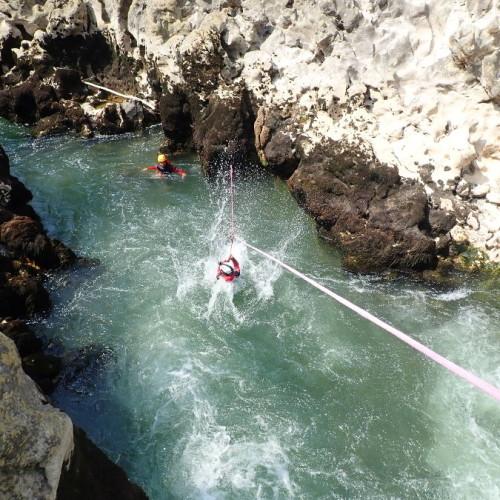 Tyrolienne En Canyoning Au Canyon Du Diable, Près De Montpellier Dans Les Gorges De L'Hérault.