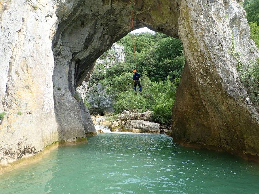 canyoning près de Montpellier au ravin des arcs dans l'hérault sous l'arche