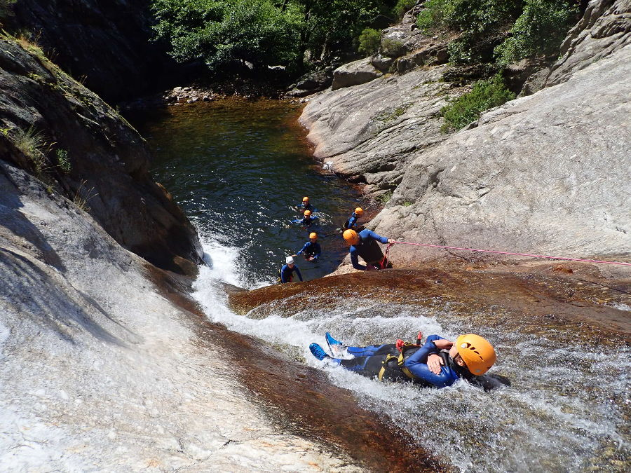 Toboggan en canyoning dans le canyon du Rec Grand dans l'Hérault
